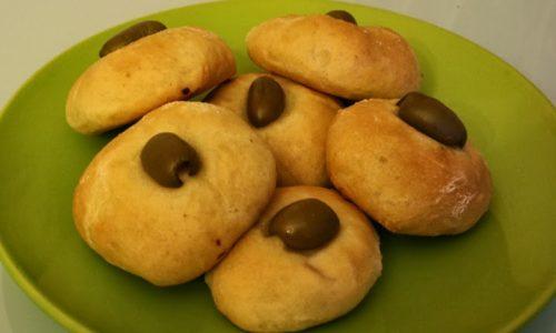 Paninetti con olive ripieni di prosciutto