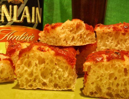 Quadrotti di pizza rossa