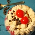 Coppe tiramisù con ciliegie e gocce di cioccolato