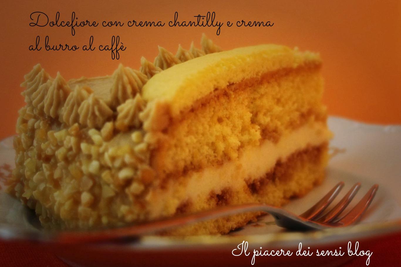 Fetta dolcefiore torta compleanno con crema chantilly e crema al burro al caffè