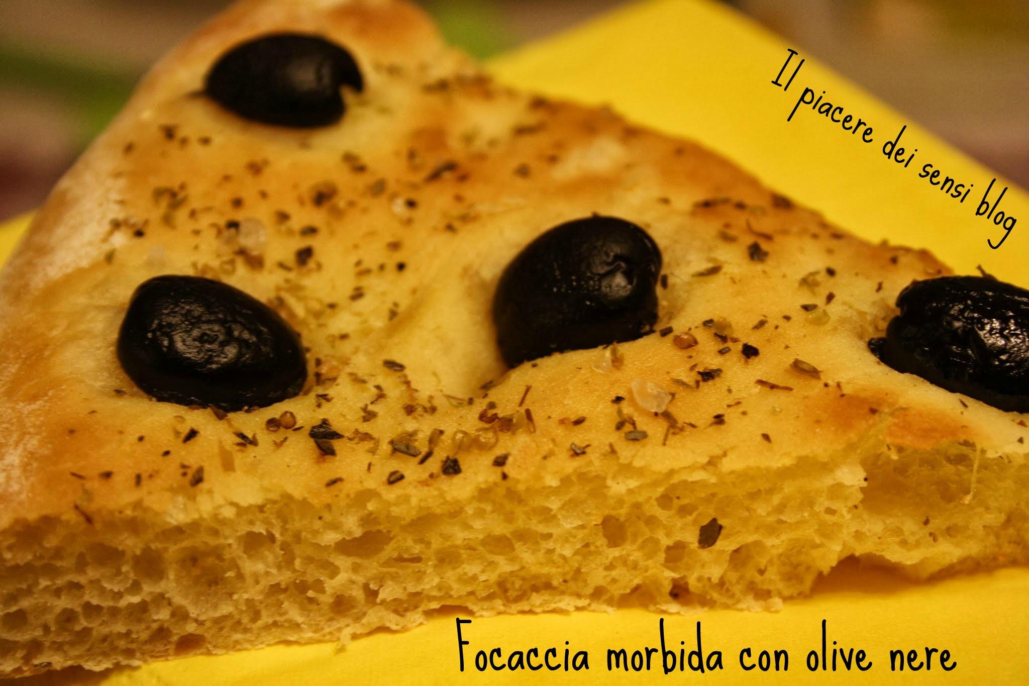 Focaccia morbida con olive nere