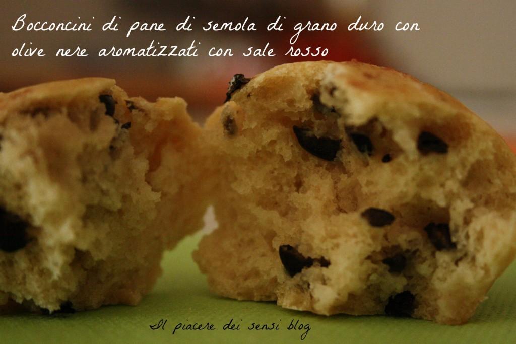 Bocconcini di pane di semola di grano duro con olive nere aromatizzati con sale rosso