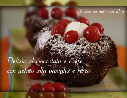 Delizie al cioccolato e caffè con gelato alla vaniglia e ribes
