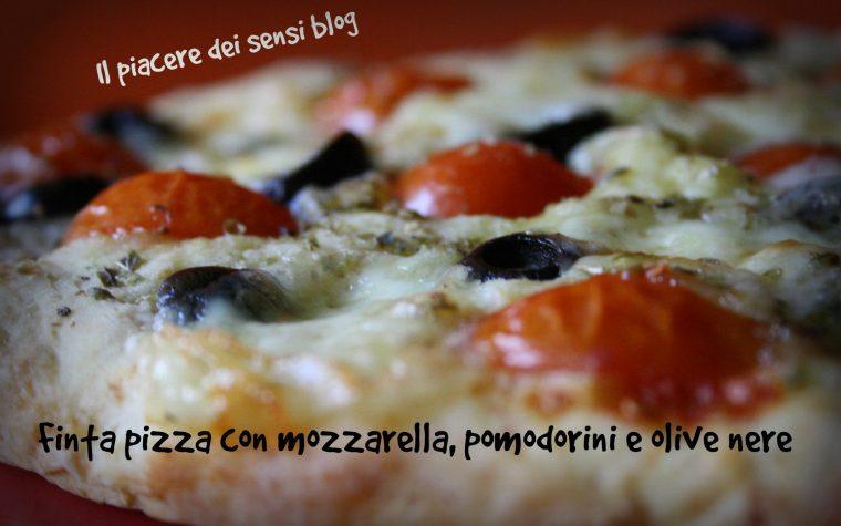 Finta pizza con mozzarella, pomodorini e olive nere