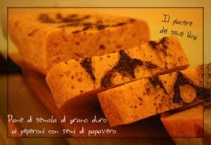 Pane di semola di grano duro ai peperoni con semi di papavero