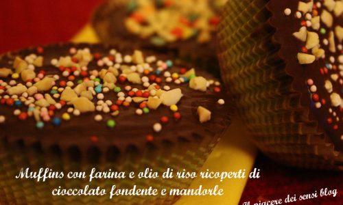 Muffins con farina e olio di riso ricoperti di cioccolato fondente e mandorle