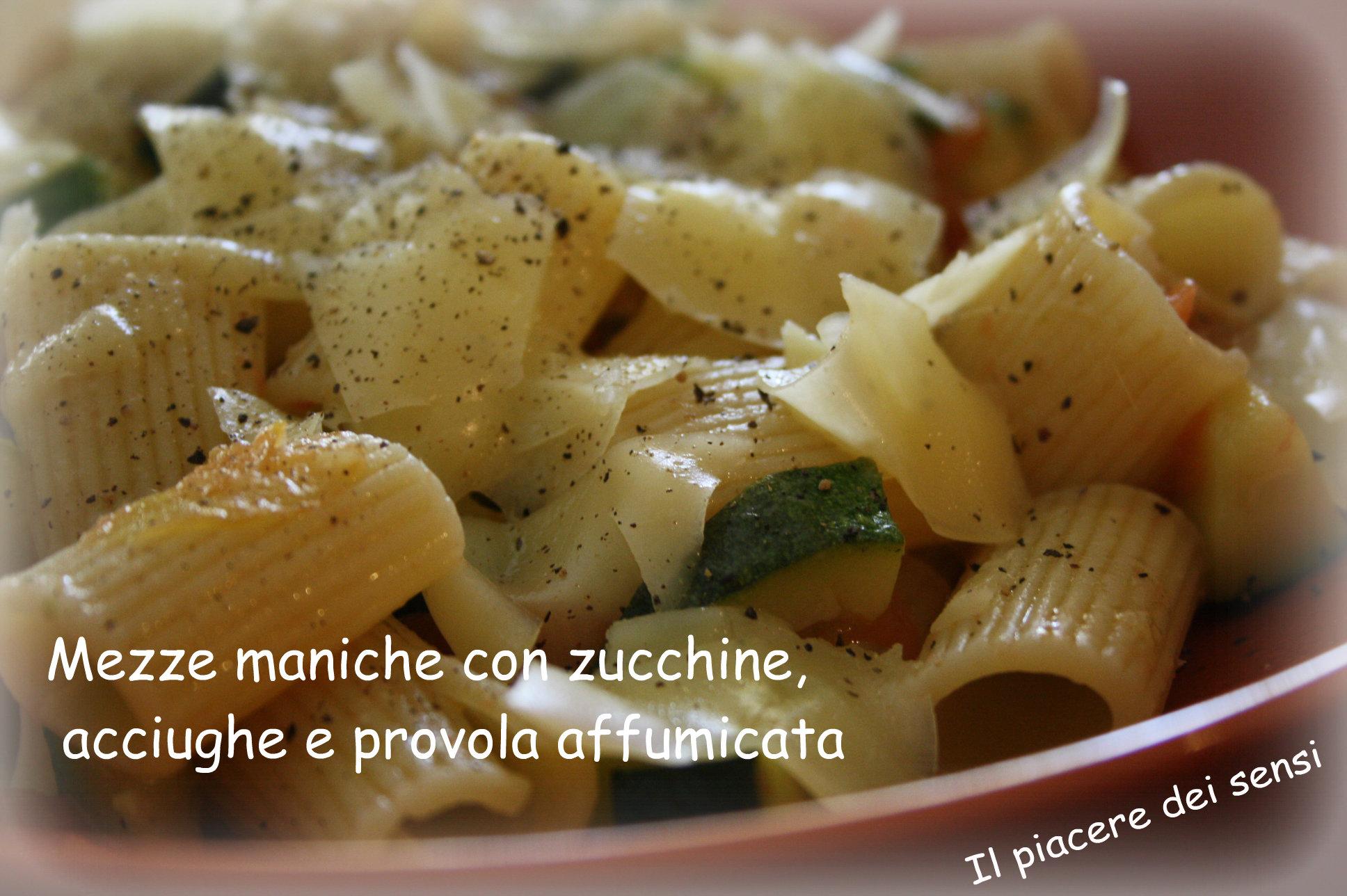 Mezze maniche con zucchine, acciughe e provola affumicata