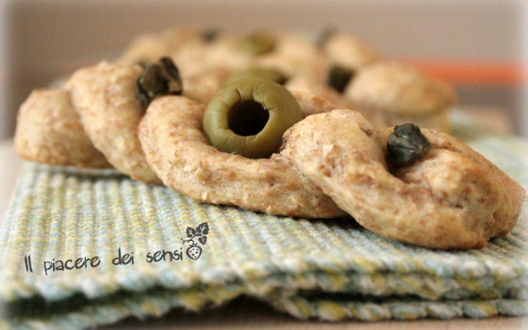 Treccine integrali con olive e capperi