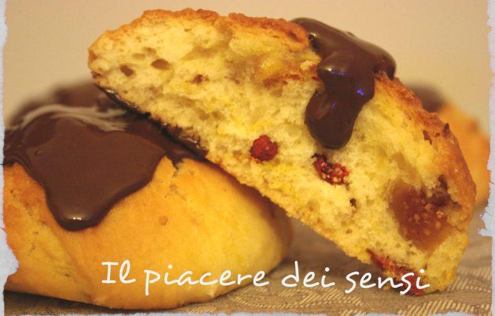 Panini dolci con bacche di goji e fichi secchi ricoperti di cioccolato fondente