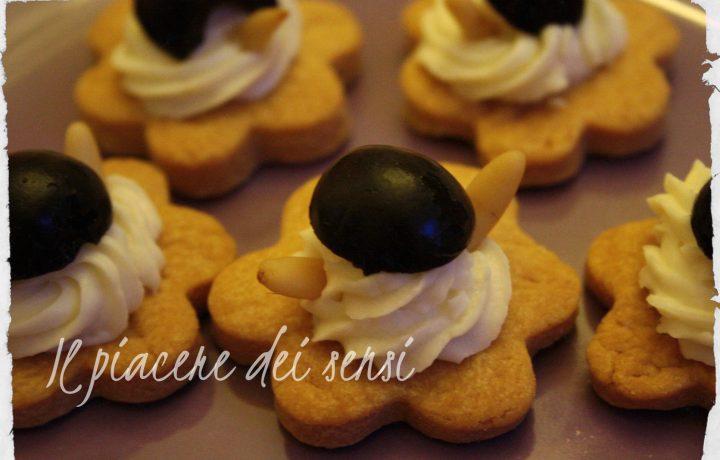 Fiori di pasta frolla salata con stracchino, pinoli e olive nere