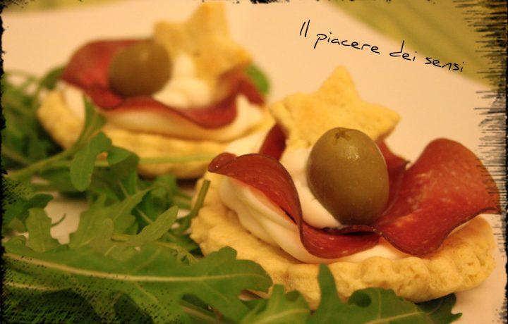 Tartellette con stracchino, bresaola, rucola e olive