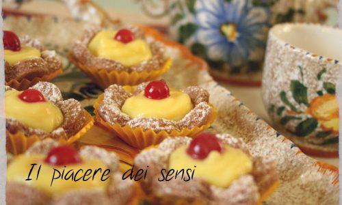 Fiorellini al cacao con crema pasticcera e ribes