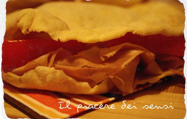 Pane carasau – carta da musica con pomodoro e porchetta