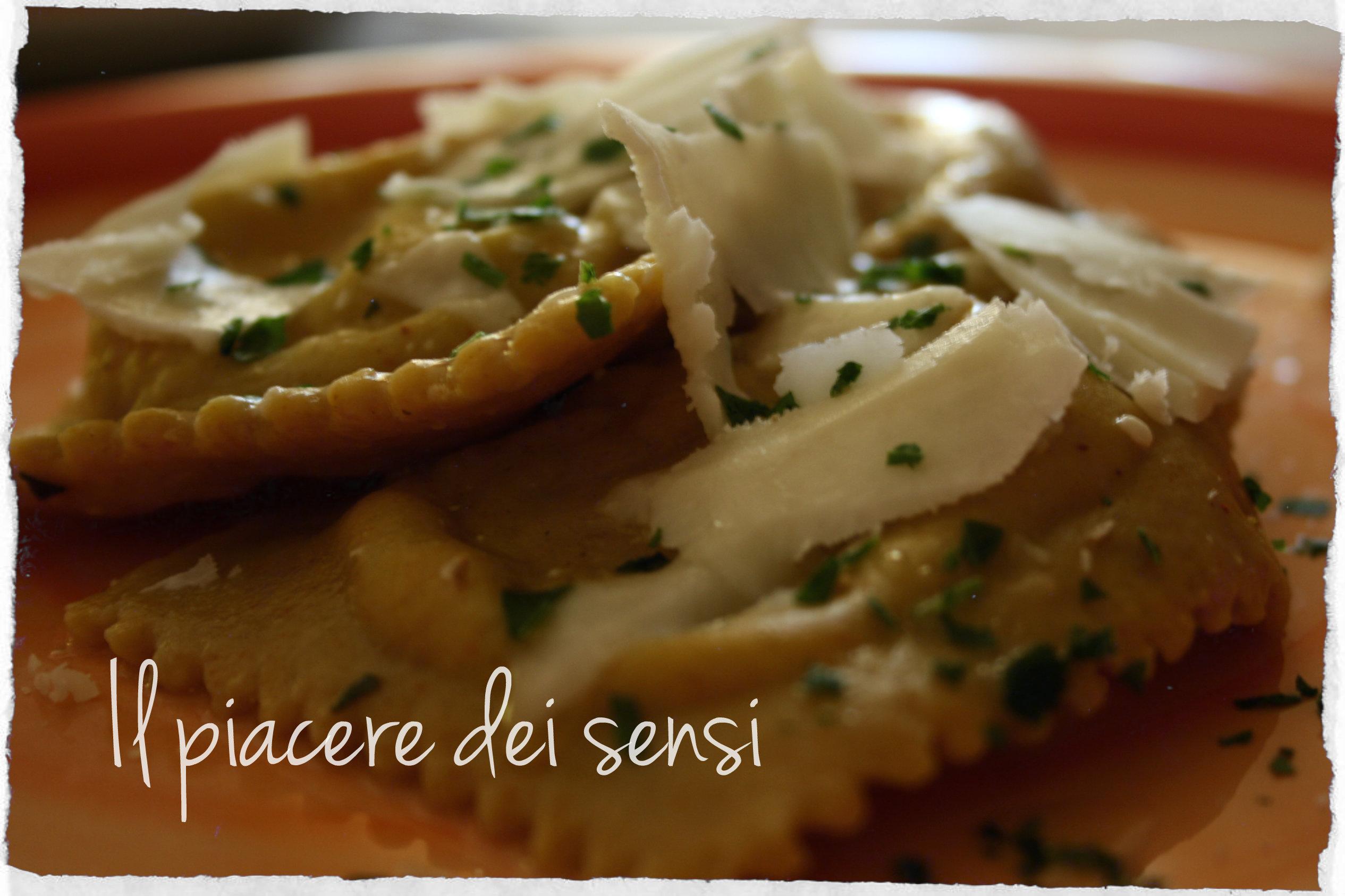Ravioloni ai tre formaggi con mandorle, basilico e curcuma