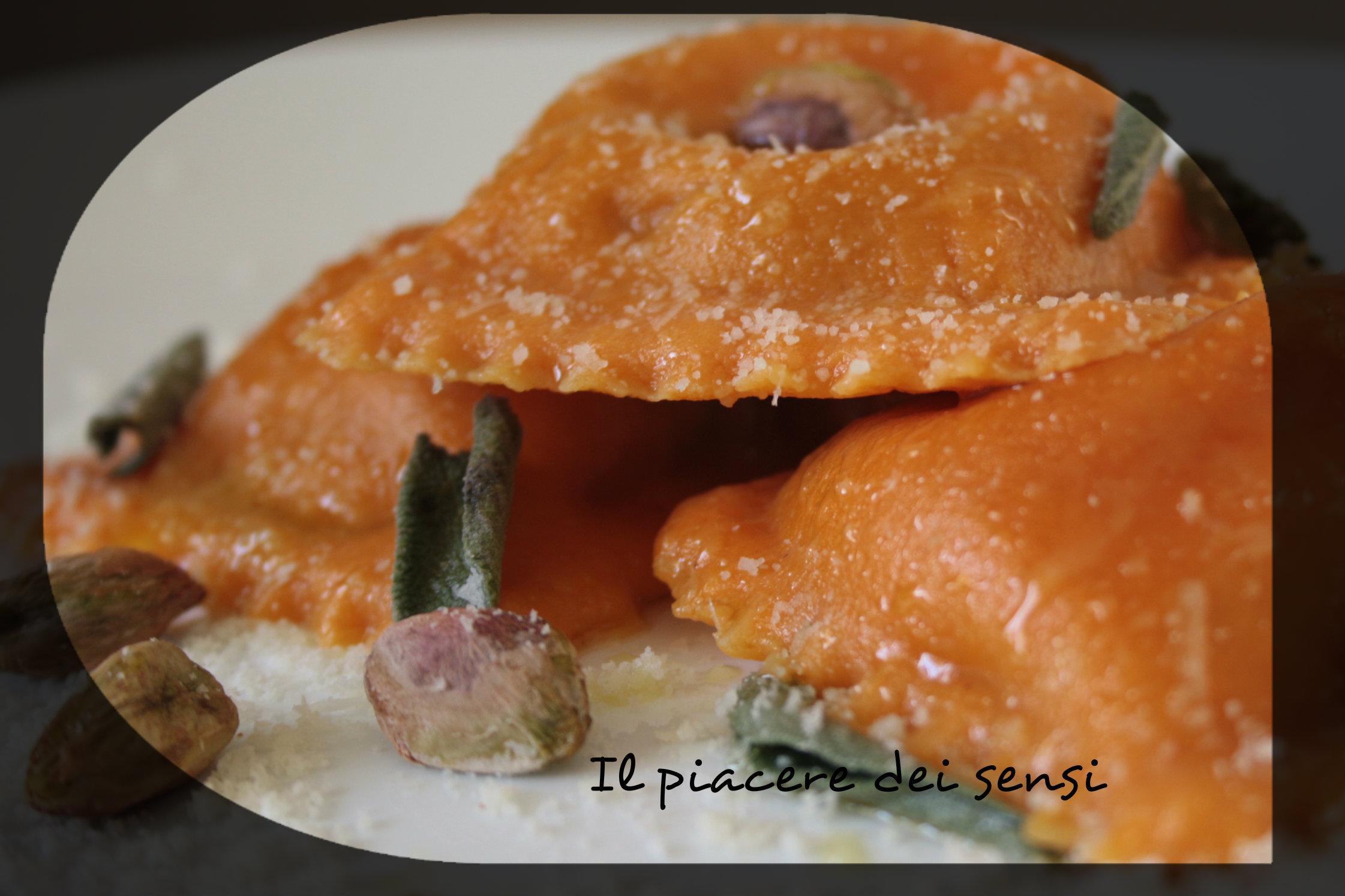 Ravioloni al pecorino dolce con pistacchi