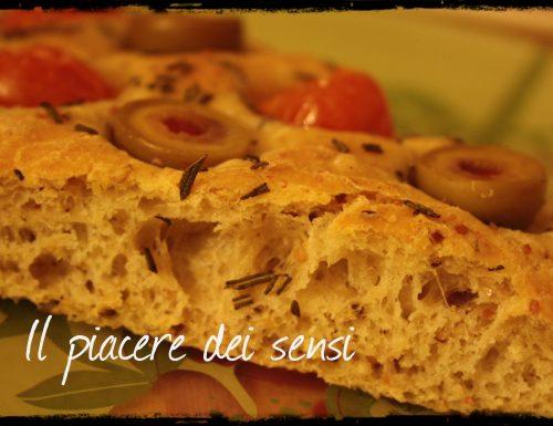 Focaccia ai cereali con patate, pomodorini e olive farcite giganti