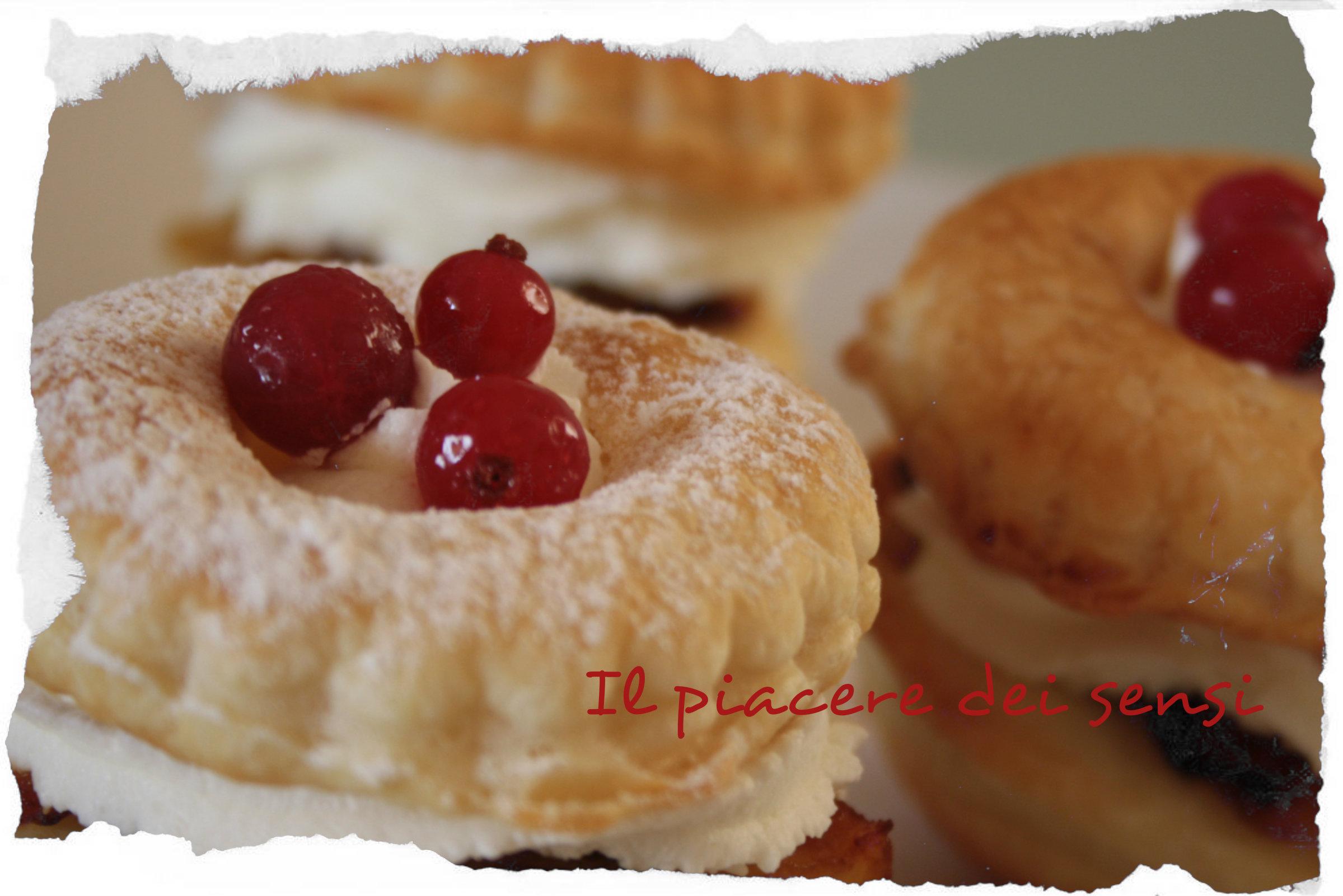 torrette di sfoglia con mele caramellate, uvetta e ribes