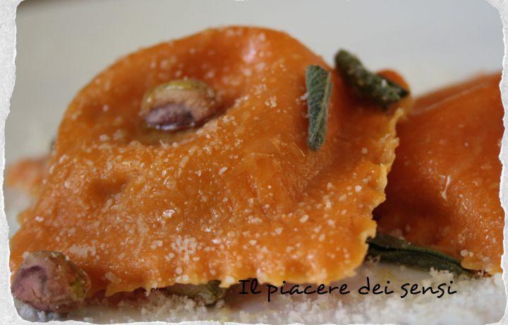 Ravioloni al pecorino dolce con pistacchi e semi di girasole