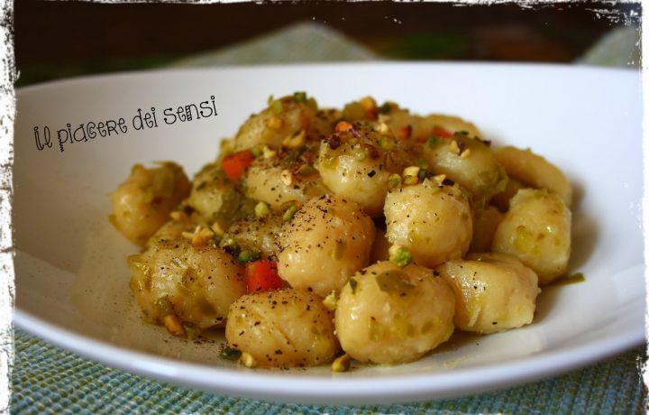 Gnocchi Mamma Emma con crema ai peperoni e pistacchi