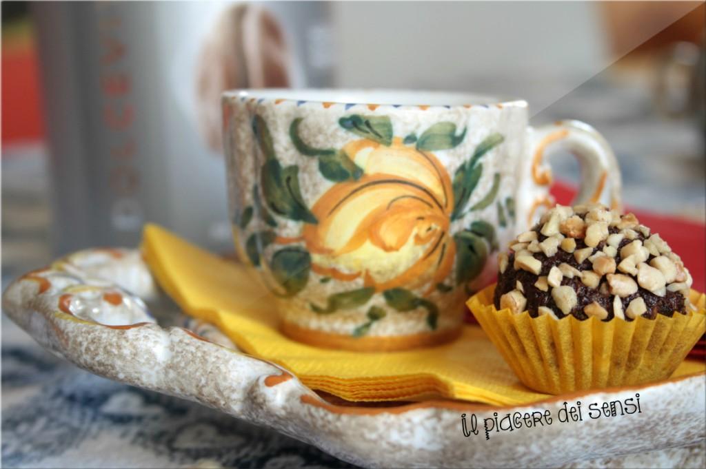 Palline al cioccolato fondente con cocco e frutta candita