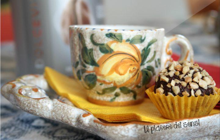 Palline al cioccolato fondente con cocco e frutta candita – Manuel Caffè