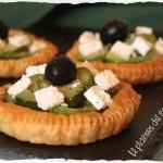 Tartellette di pasta sfoglia con zucchine, feta e olive nere