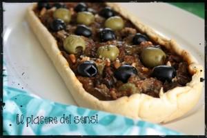 Torta salata con peperoni, melanzane, pinoli ed olive