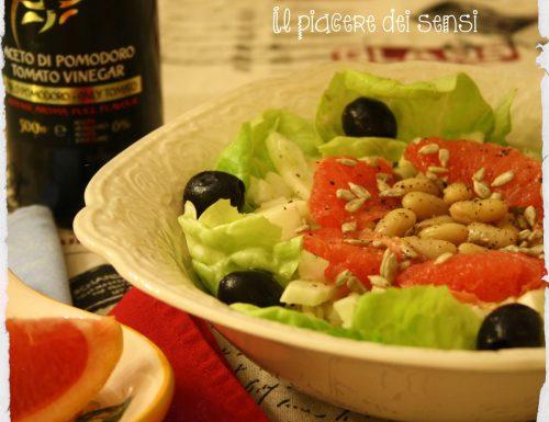 Insalata con pompelmo rosa, finocchi, olive nere e cannellini
