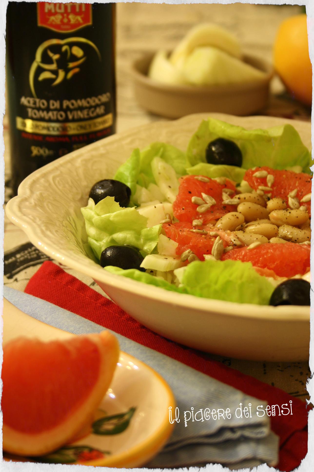 Insalata con pompelmo rosa, finocchi, olive nere, cannellini e semi di girasole