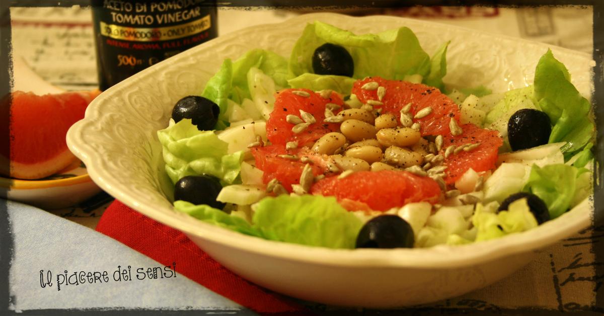 Insalata verde con finocchi, pompelmo rosa, olive nere, cannellini e semi di girasole