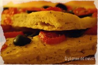 Focaccia pugliese con pomodorini e olive nere