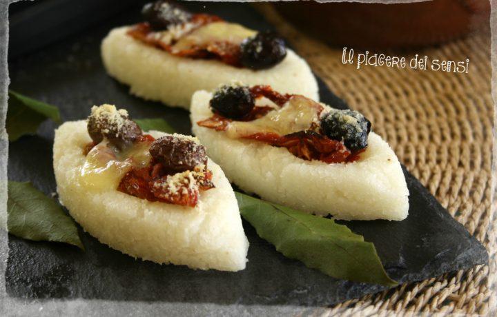 Antipasto di polenta con pomodori secchi e olive taggiasche