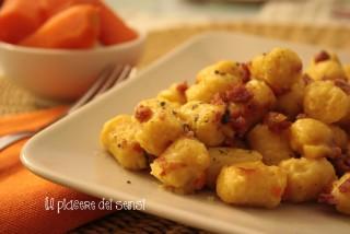 Gnocchi di patate e carote con salsiccia