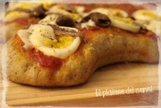 Pizza pasquale con uova, acciughe e provola