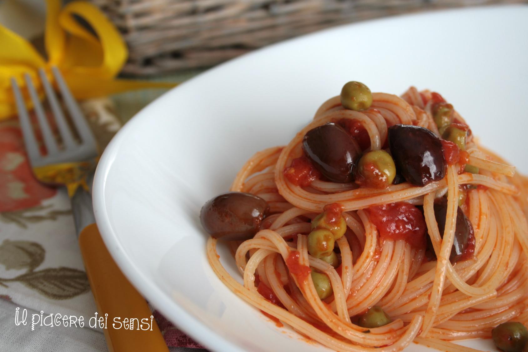 Spaghetti con piselli e olive taggiasche