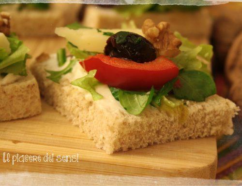 Canapè con olive, peperoni e noci