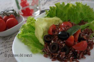 riso venere con pomodorini, olive e salsa di acciughe