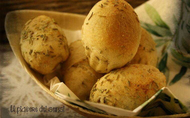 Panini al rosmarino e peperoncino con parmigiano