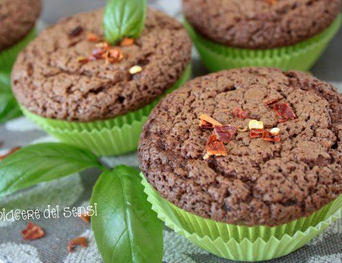 Muffins cioccolato e basilico con peperoncino