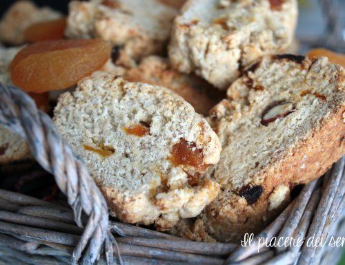 Biscotti con mandorle e albicocche secche