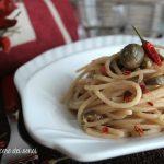 Spaghetti con burro di acciughe, fior di cappero e peperoncino