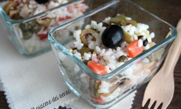 Insalata di riso gustosa con prosciutto e sott'aceti