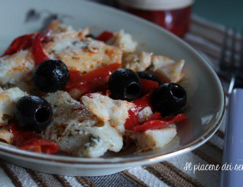 Filetto di merluzzo con olive nere e peperoni agrodolci