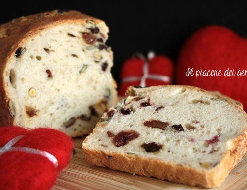 Pane con frutta secca e frutti di bosco