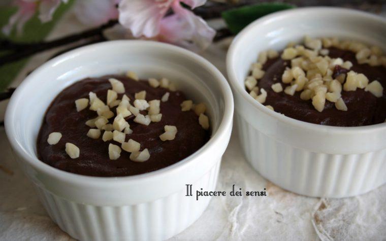 Budino al cioccolato con granella di mandorle