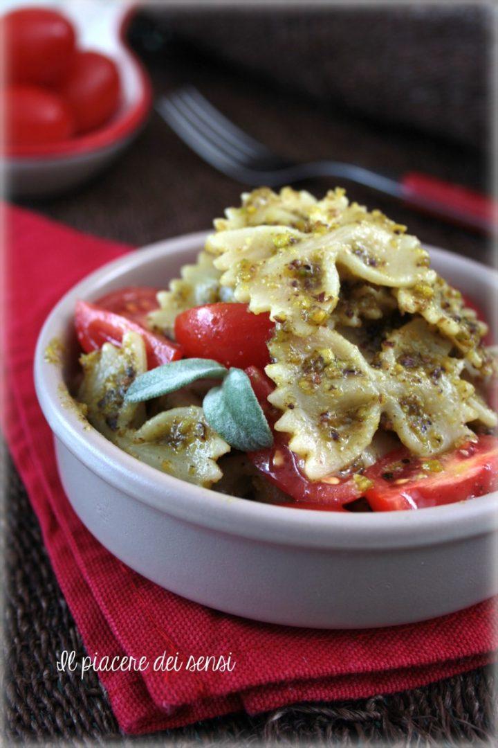 pasta fredda con pesto al pistacchio e pomodorini