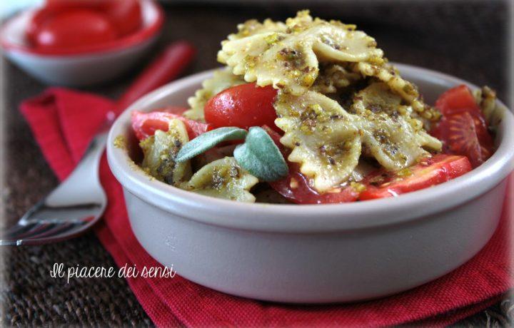 Pasta fredda con pesto di pistacchi e pomodorini