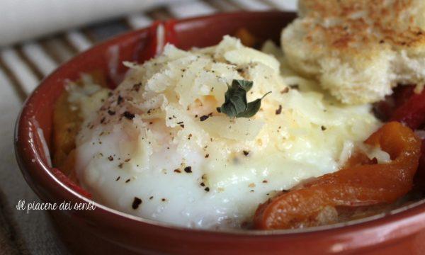 Uova in cocotte con peperoni e pecorino