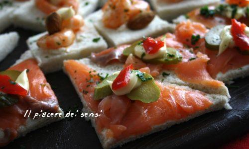 Tartine delle feste, con salmone e gamberetti