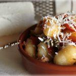 Gnocchi al ragu di carne e peperoni con ricotta salata